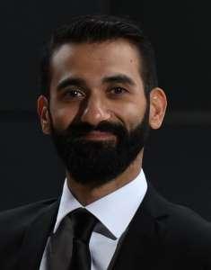 Smilende mann med skjegg